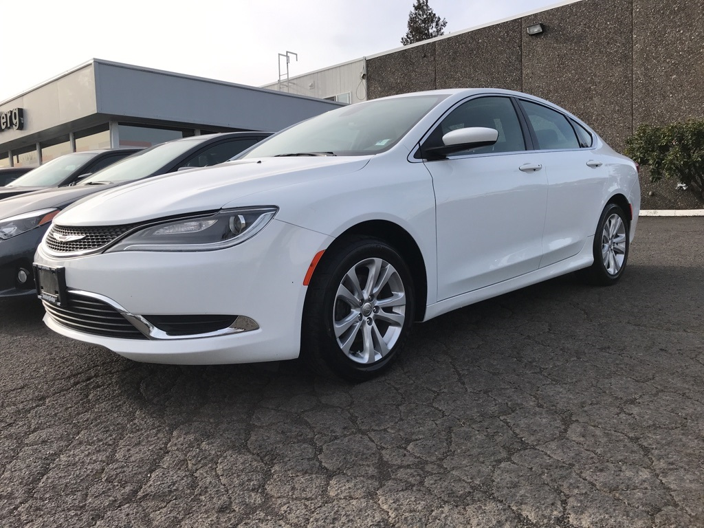 Pre-Owned 2016 Chrysler 200 Limited Clean Carfax, Back Up Camera!