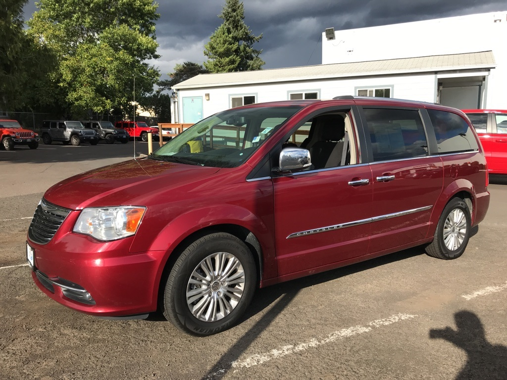 Pre-Owned 2016 Chrysler Town & Country Limited DVD, Stow-n-Go, Leather Heated Seats, Navigation