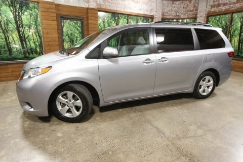 Pre-Owned 2017 Toyota Sienna LE 7 Passenger